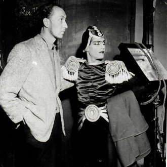 1-Yves-Brayer-et-Serge-Lifar-dans-le-costume-de-Joan-de-Zarissa-Opéra-de-Paris-1942
